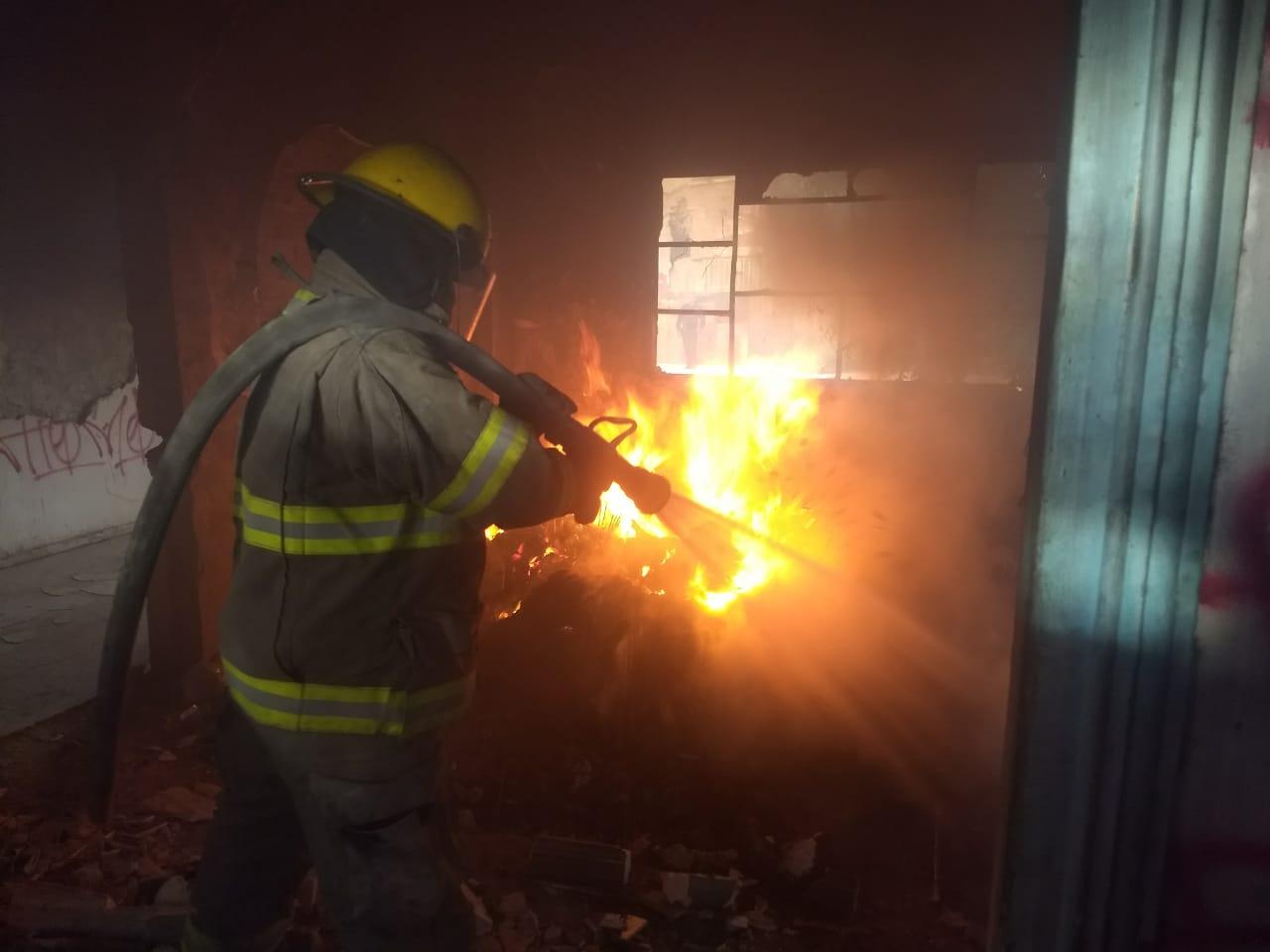 Extinguen Bomberos incendios en finca abandonada y en lote baldío