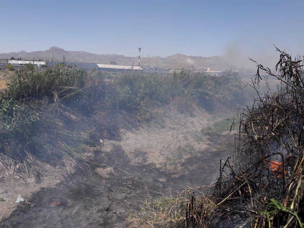 Sofocan bomberos incendio en basura y atienden emergencia por cables derribados