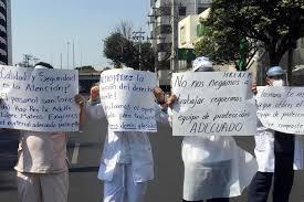 Personal médico bloquea avenida Universidad para exigir insumos