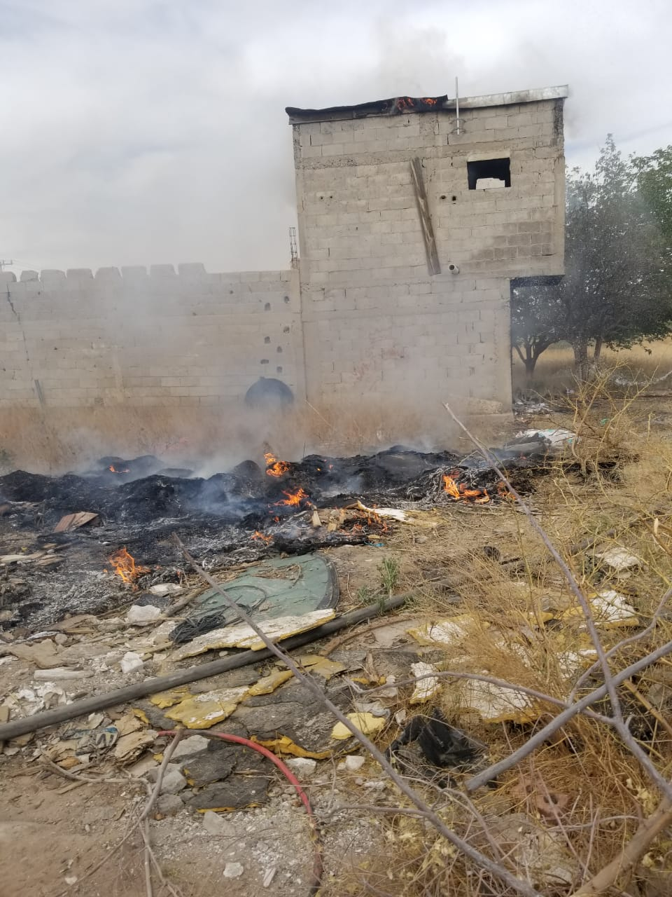 Bomberos extinguen incendio en finca abandonada y atienden barda a punto de caer