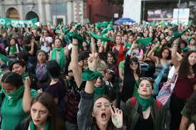 Feministas marcharon en la Ciudad de México a favor del aborto legal y seguró, causando disturbios
