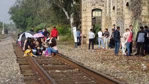 Maestros bloquean vías del tren en Michoacán