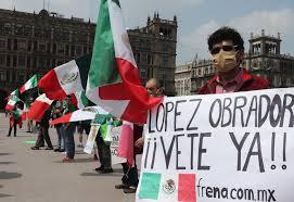Integrantes de FRENAAA Anti-AMLO arribaron al Zócalo de la Ciudad de México luego de realizar una marcha desde el monumento de la Revolución.
