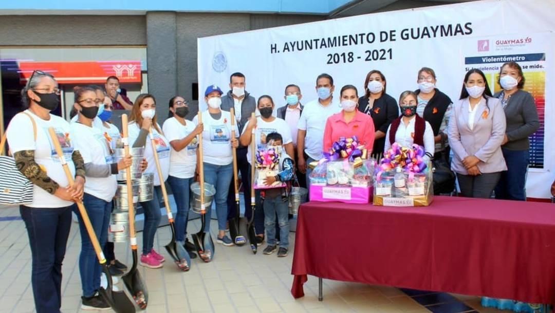 Alcaldía de Guaymas Sonora, entrega palas a mujeres que buscan familiares desaparecidos, causa indignación en redes